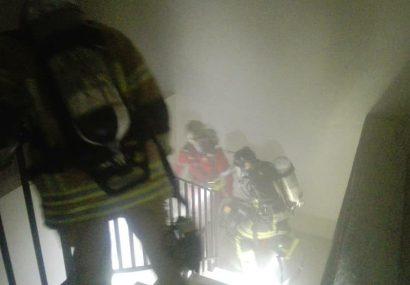 اطفای حریق طبقه یازدهم یک برج مسکونی در فردیس/ قطعی برق ۵ تن را در کابین آسانسور محبوس کرد