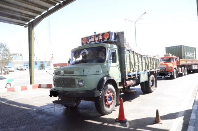 توقیف کامیون حامل بیش از ۶ هزار مواد غذایی قاچاق در کمالشهر